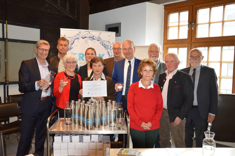 Gruppenfoto: Christa Hecht übergibt das Zertifikat an den Oberbürgermeister der Stadt Kempten