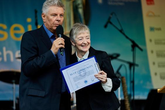 Maude Barlow übergibt das Zertifikat an den Münchner OB