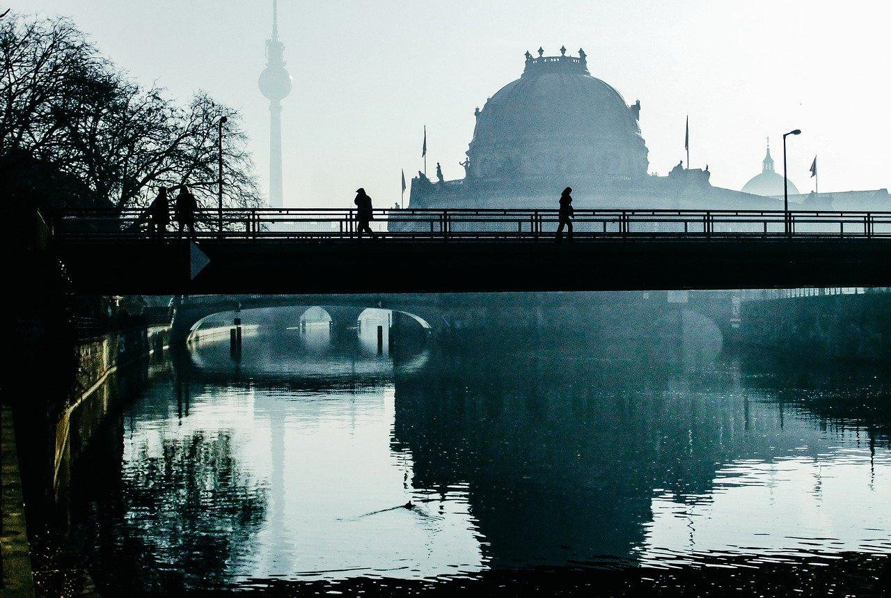 Berlin: Dunst über der Spree, im Hintergrund der Fernsehturm