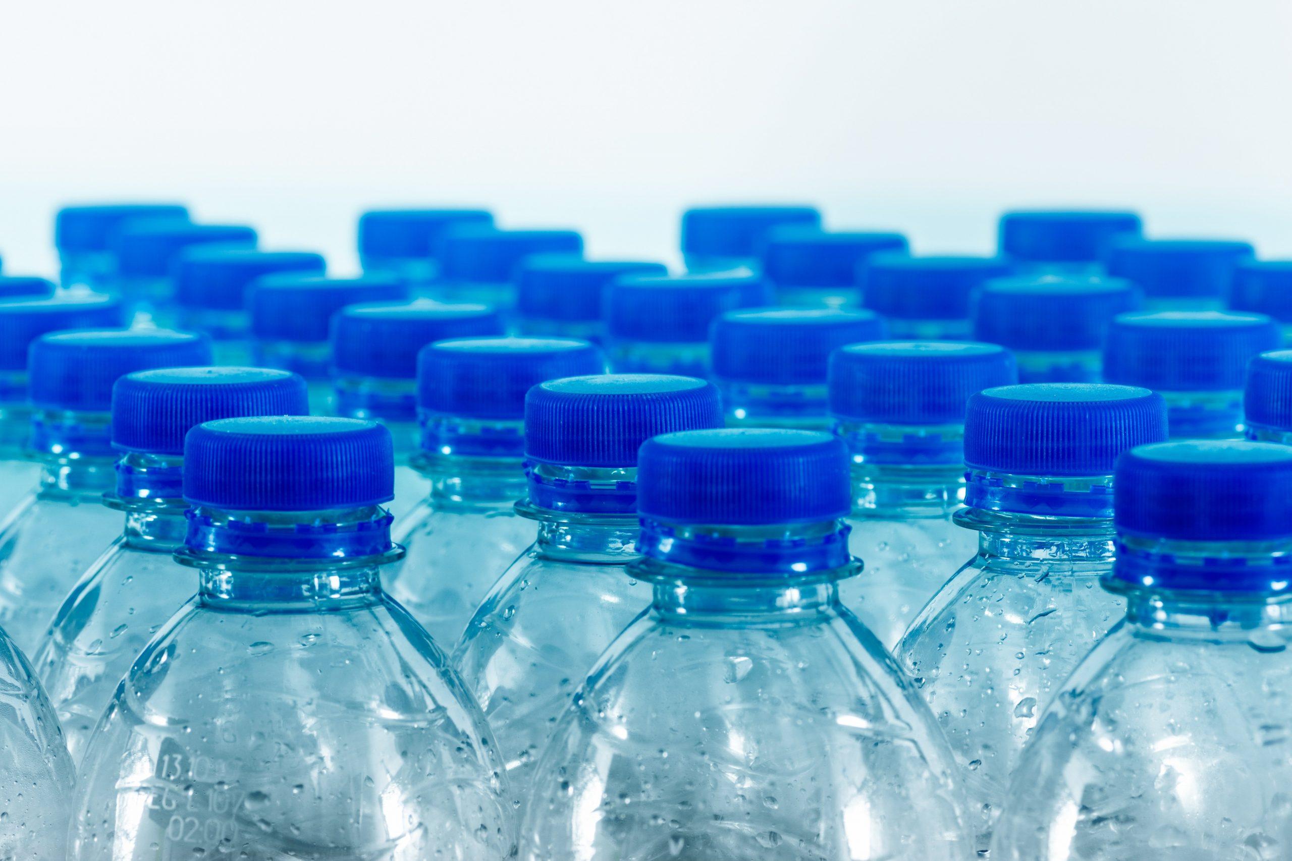 Plastikflaschen mit blauen Deckeln