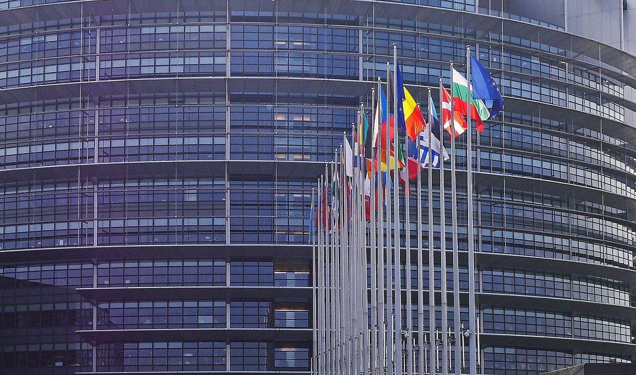 Gebäude des Europaparlaments mit Fahnen davor