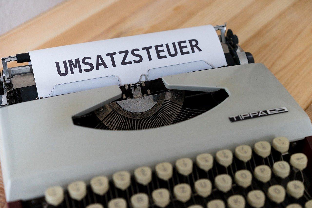Schreibmaschine hat Bild mit UMSATZSTEUER eingespannt